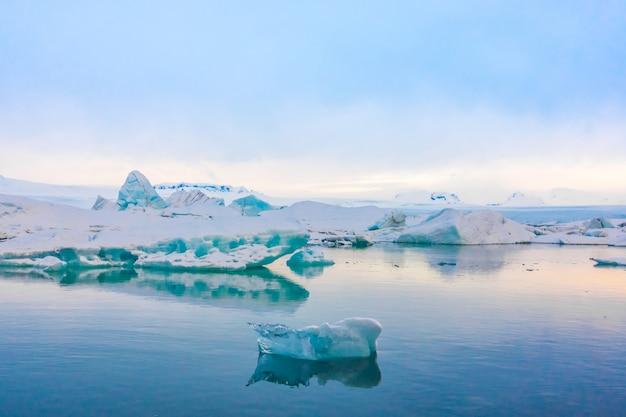 氷河ラグーン、アイスランドの氷山。