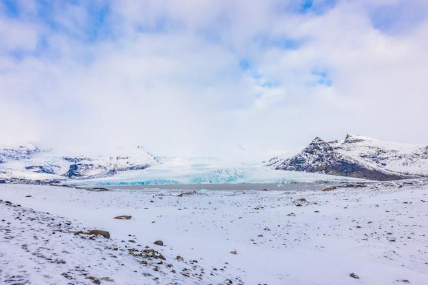 雪は山のアイスランド冬を覆った。