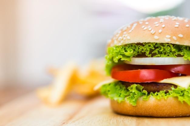 Вкусный чизбургер с листьями салата