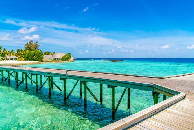 Красивые виллы на тропическом острове мальдивы.