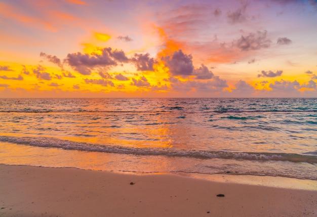 熱帯のモルディブの島の穏やかな海の上空と美しい夕日。