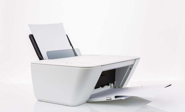 Принтер с белыми листами