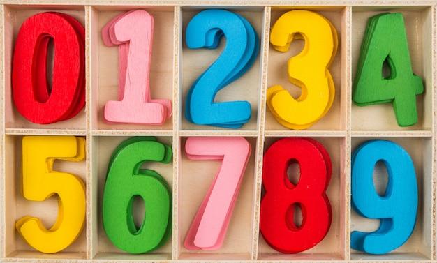 異なる色の数字