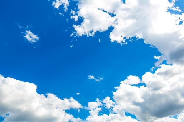 光沢のある雲と空