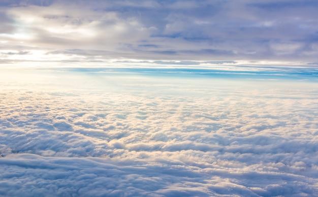 空は雲で覆われて