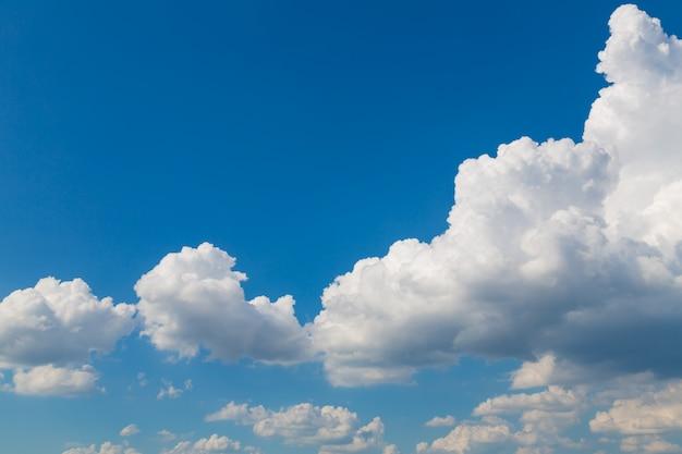 いくつかの白い雲と青い空