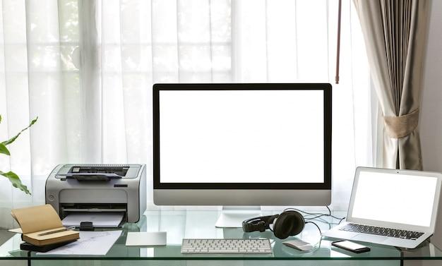 机の上のコンピュータ、ノートパソコンとプリンタ