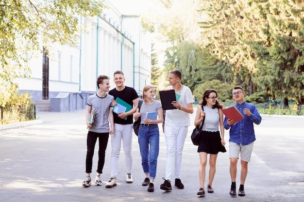 Друзья из университета возвращаются домой с учебы, приятно проводят время вместе