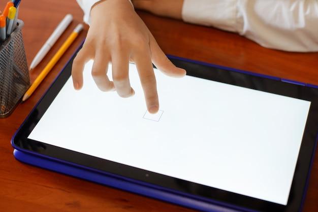 教室でタブレットコンピューターを使用して小学生の女の子