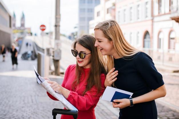 Две женщины-путешественники смотрят на карту