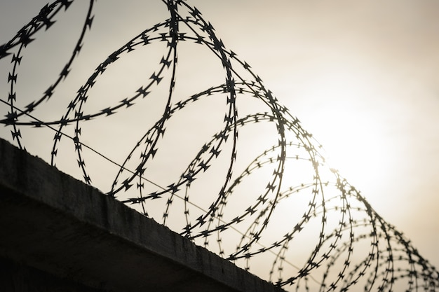 国間の国境に有刺鉄線のフェンス