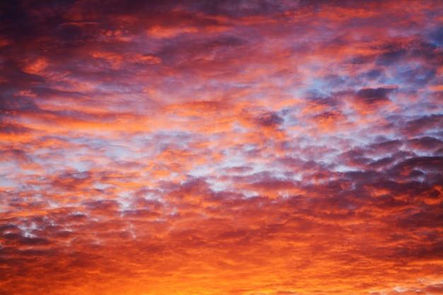 夕方には劇的な魔法の雲模様
