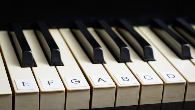 古いピアノの鍵に署名。ピアノを弾くことを学ぶ
