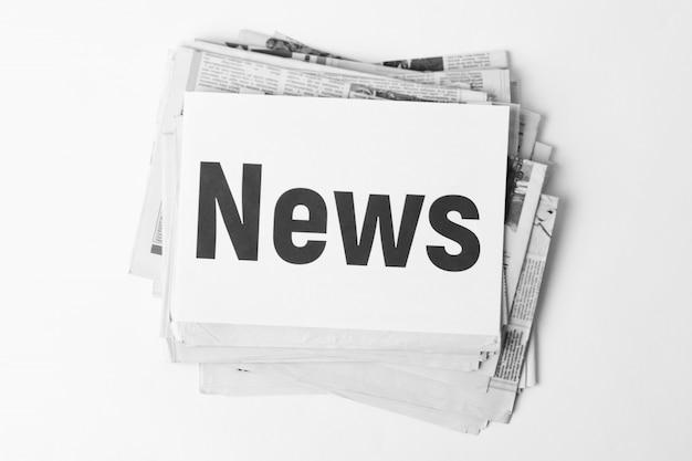 上の碑文のニュースと古い新聞の大きな山