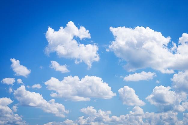 天に浮かぶ多くの小さな雲と晴れた空の写真