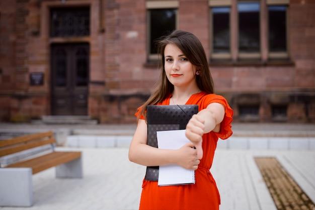 女子学生が大学で勉強することへの不快感と嫌悪感を表現する