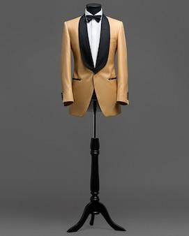灰色の背景にスーツ