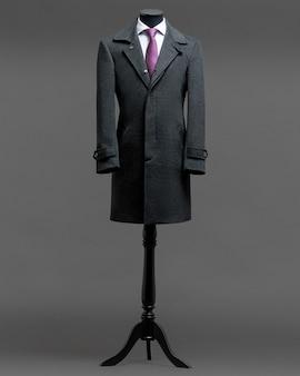 灰色の背景にコート