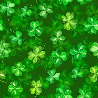 三つ葉の葉、四つ葉のクローバー。シームレスパターンの背景を繰り返します。聖パトリックの日の水彩画