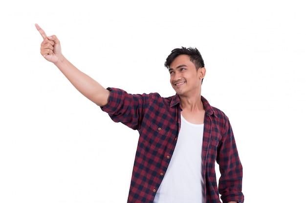 Азиатский красивый парень указывает на что-то. на белом фоне