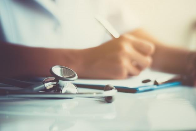 Крупный план медсестры работают в больнице