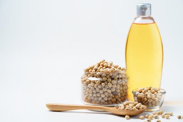 白い背景に大豆と油
