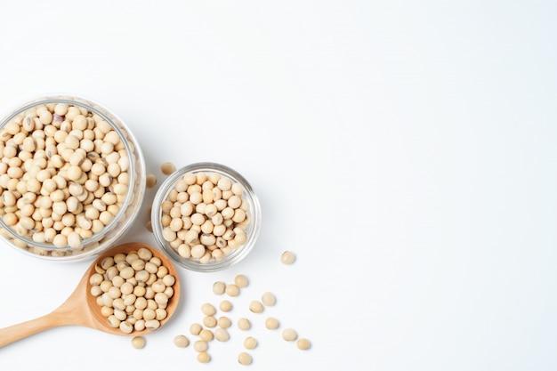 白い背景に大豆