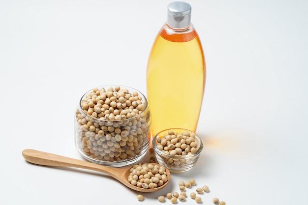 大豆と白い背景の上の油