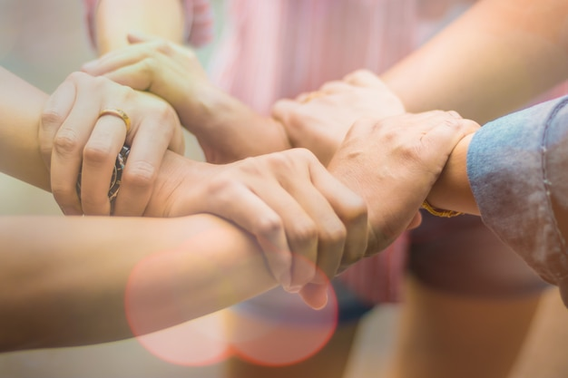 二重露出グループの人々の手は、会社のチームワークパートナーシップのビジネスの成功の概念を信頼するコラボレーション