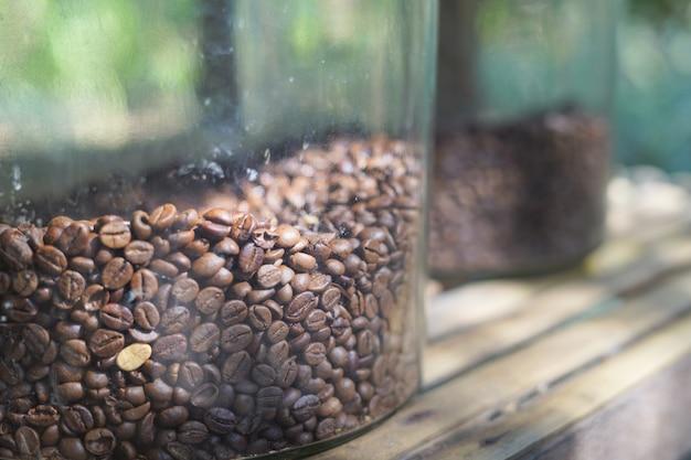 ガラスのボウルにコーヒー豆