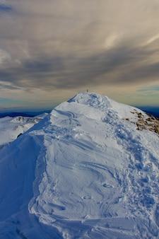 山の頂上と嵐の空。気候学の概念