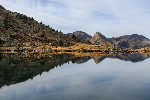ペソスの大湖の山の反射。