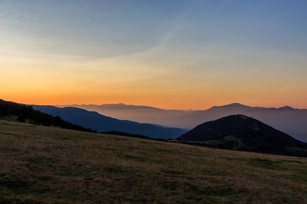 小さな霧で山を眺める谷からの日の出。