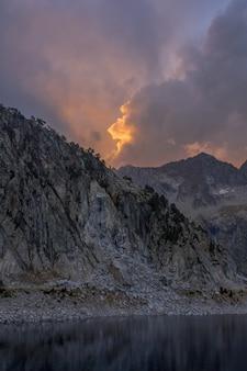 ロング湖の雲と夕日。