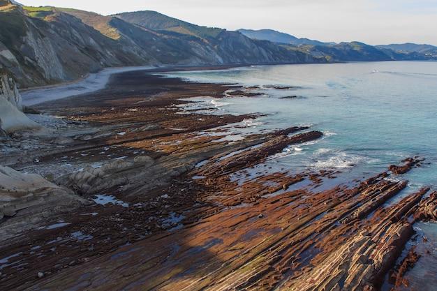 ギプスコアのスマイアまたはイツルンのビーチの岩層。自然の石層の概念