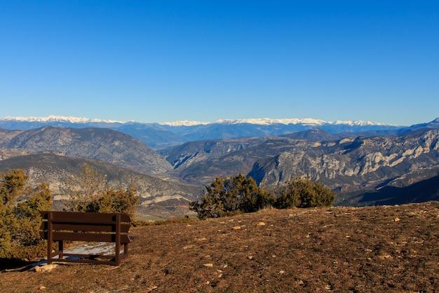 山の中の茶色の木製ベンチ