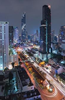 夜のバンコク市、タイ