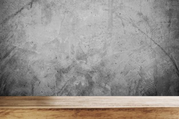 コンクリートの壁と木製のテーブルトップ