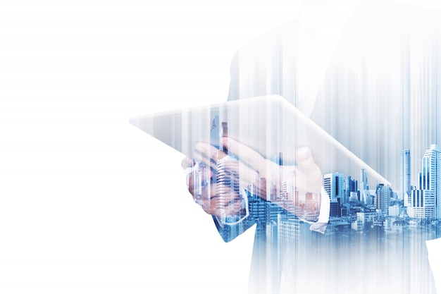 Бизнесмен двойной экспозиции работает на цифровой планшет на белом