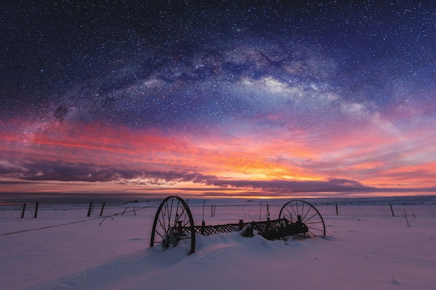 二重露光夜空の風景と日の出のパノラマの冬の風景