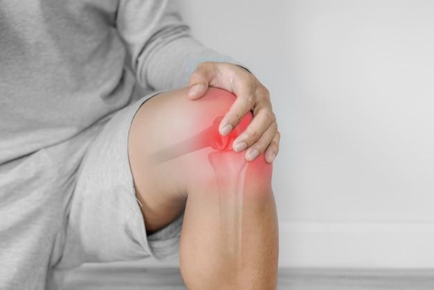 関節痛、関節炎、腱の問題。痛みの点で膝に触れる男