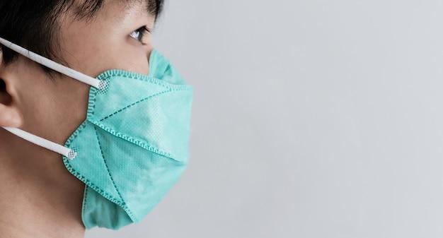Крупный план человека, носящего защитную маску. предотвращение от короны вируса, бактерий и пыли загрязнения воздуха