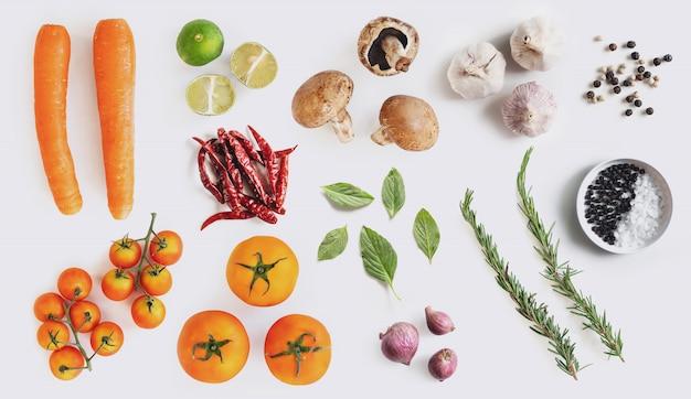 ハーブとスパイス、白い背景の上の有機野菜