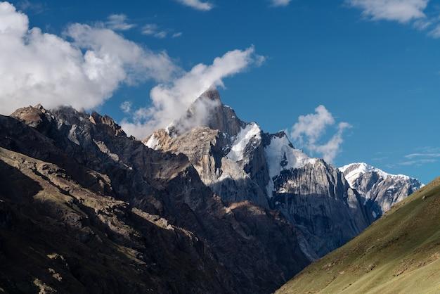 山の風景、白い雲と青い空と山