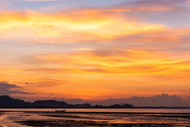 タイ、トラン県ムックで朝の夕暮れの空と海の小さなボート