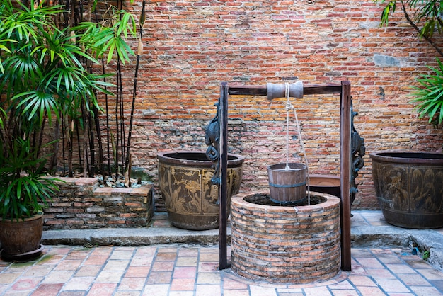 古いレンガの井戸またはレンガの壁、中国スタイルの池