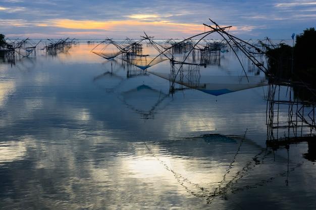 タイ、パッタルンのパクプラ村での釣り用のスクエアディップネットの多く