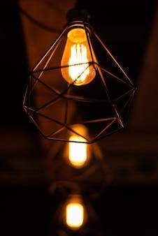 暗い背景にヴィンテージの天井ランプ