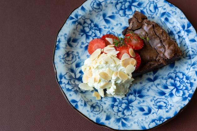 イチゴの皿にブラウニーケーキ