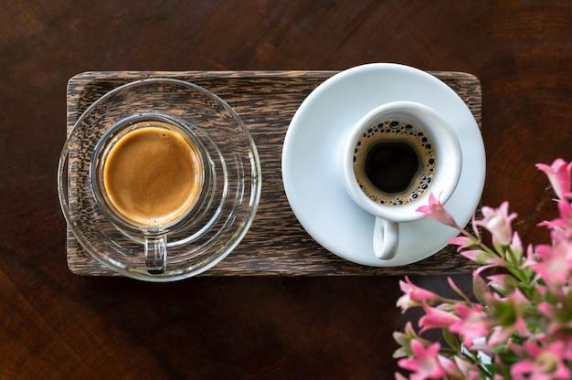 木製のテーブルに糞ムスクエスプレッソコーヒーのカップ